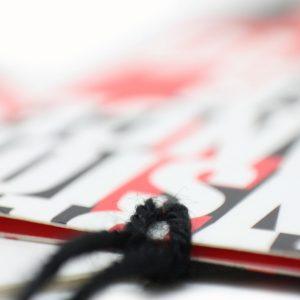 Etiqueta colgante de libro con hilo colocado