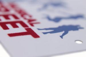 Etiqueta juvenil con impresión de terciopelo