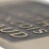 Detalle de parche sintético grabado a fuego
