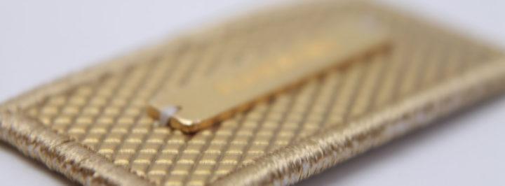 Parche sintético con overlook y plaquita metálica