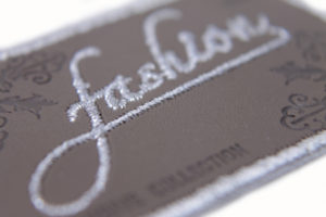 Parche sintético, grabado y bordado
