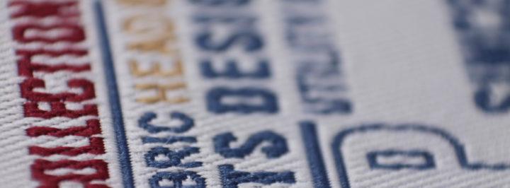 Etiqueta tejida en tafetán con varios colores